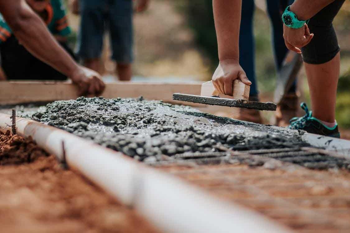 Människor som plattar till cement