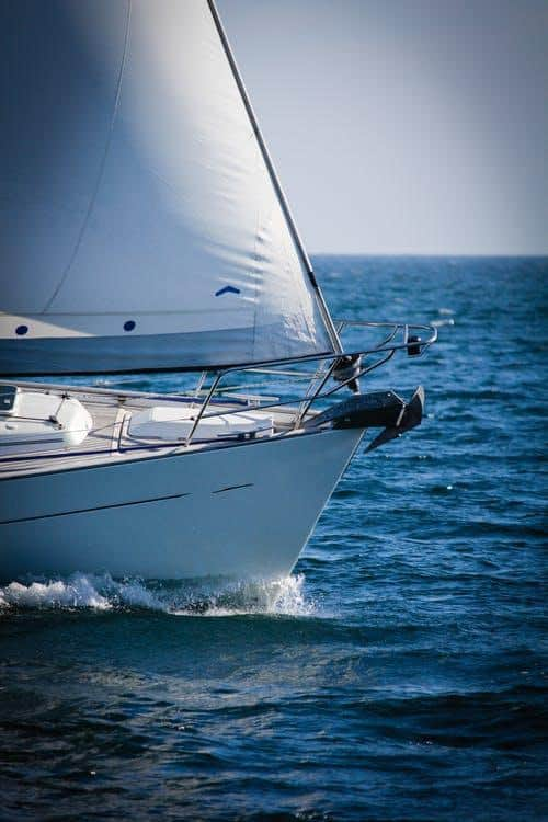 En segelbåt ute på havet